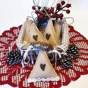 Decorazioni di Natale shabby chic abeti in feltro naturale, bottone di legno e bordo crochet