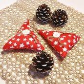 Abeti di Natale in cotone rosso con stelle, bottoni e nastro di iuta