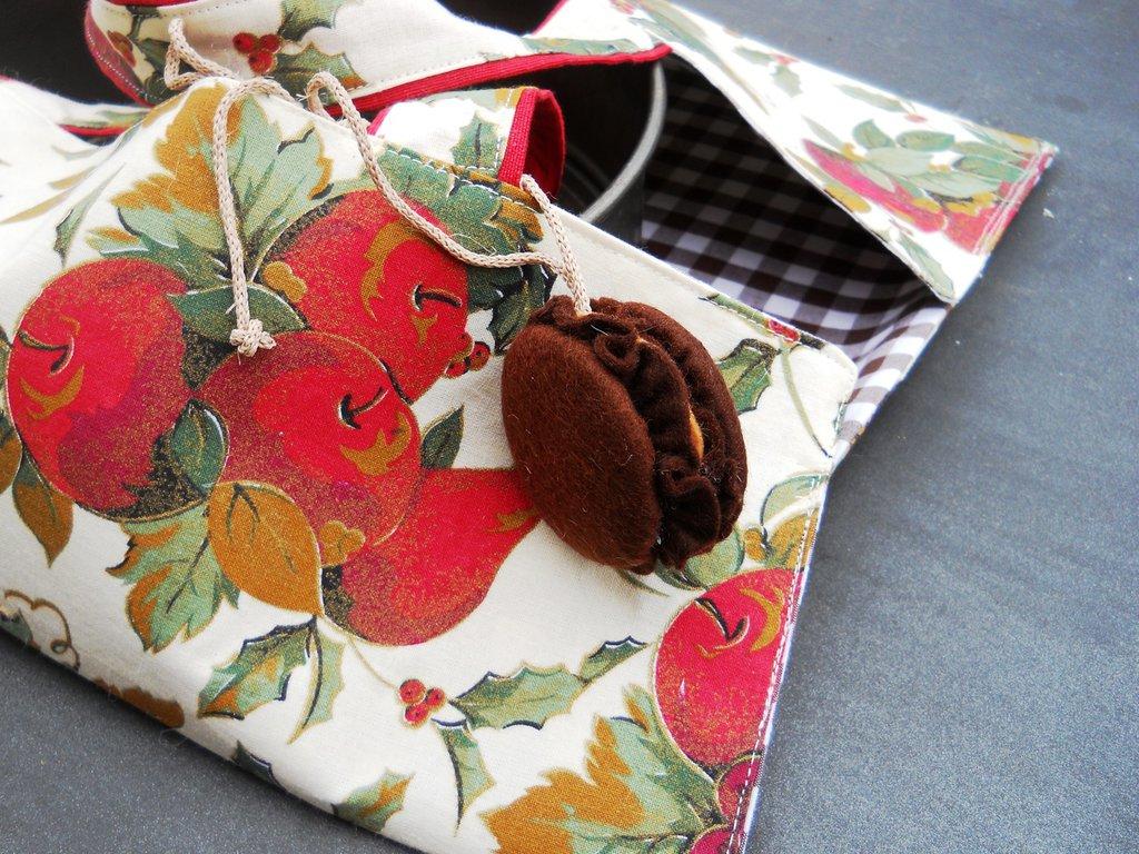 Porta torte in tessuto fantasia con 'macaron' in feltro