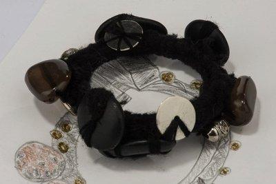 Bracciale di lana nero lavorato a mano con il crochet ,con l'applicazione di pietre nere  e bottoni metallo.