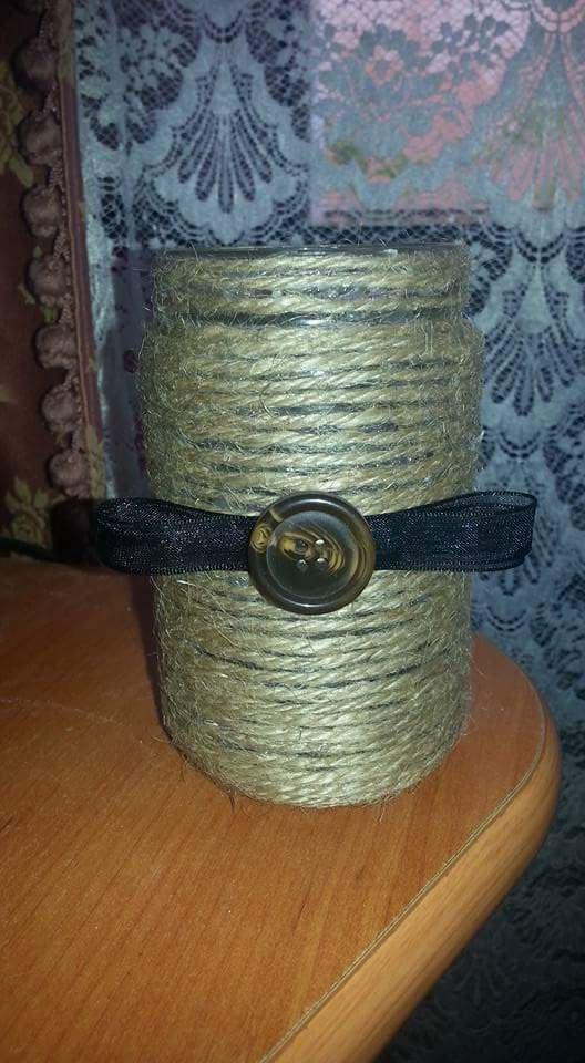 Vasetto decorato con corda, bottone e organza