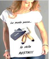 T shirt con frase la moda passa lo stile resta
