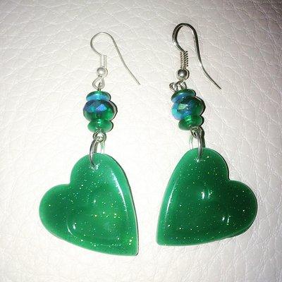 Orecchini cuore in resina verde glitter
