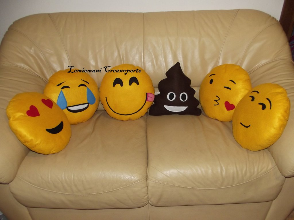 Emoji Cuscini.Cuscini A Forma Di Emoticon Emoji Whatsapp Modelli A Scelta Idea