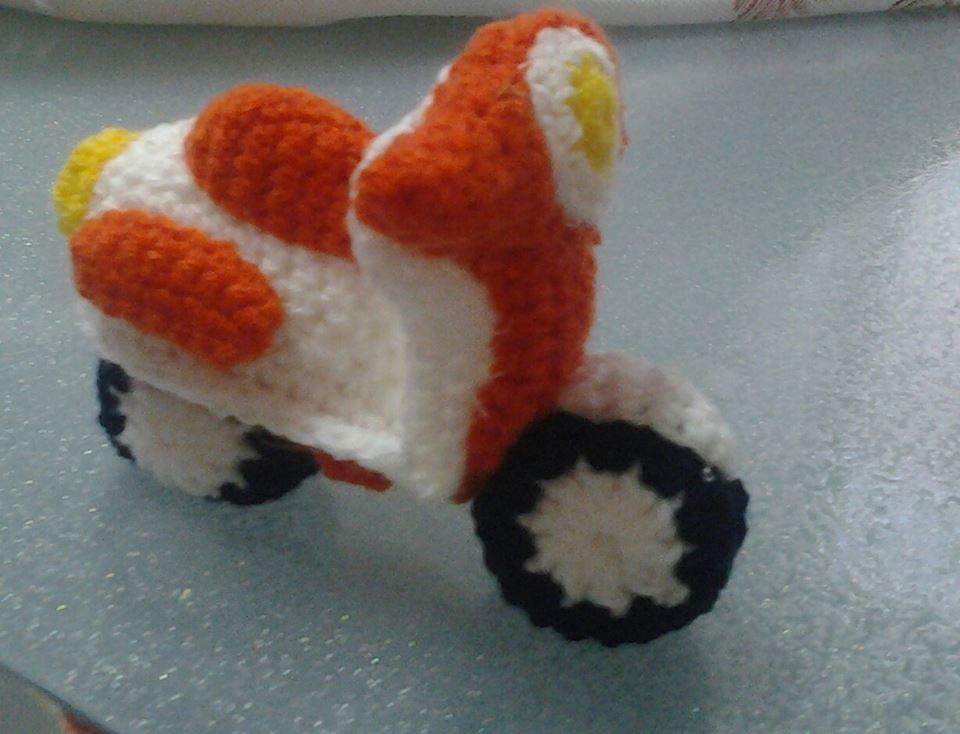 Vespetta bianca-arancio amigurumi