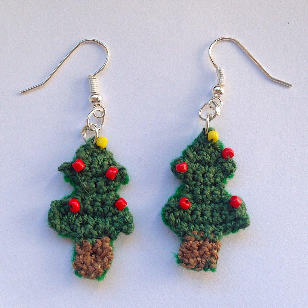 Orecchini pendenti con piccoli alberi di Natale fatti a mano all'uncinetto, con perline colorate e retro in feltro