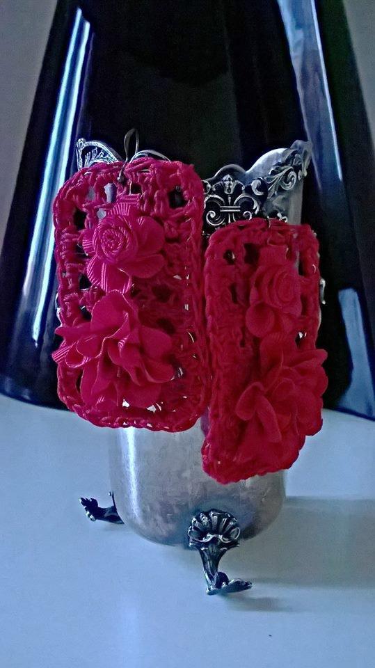 Orecchini pendenti grandi ,rossi lavorati a mano con il crochet , con l'applicazione di fiori ( materiali di recupero ).