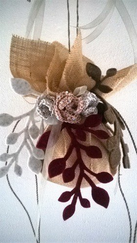 Caldo Natale -sfera con rose, nastri e feltro