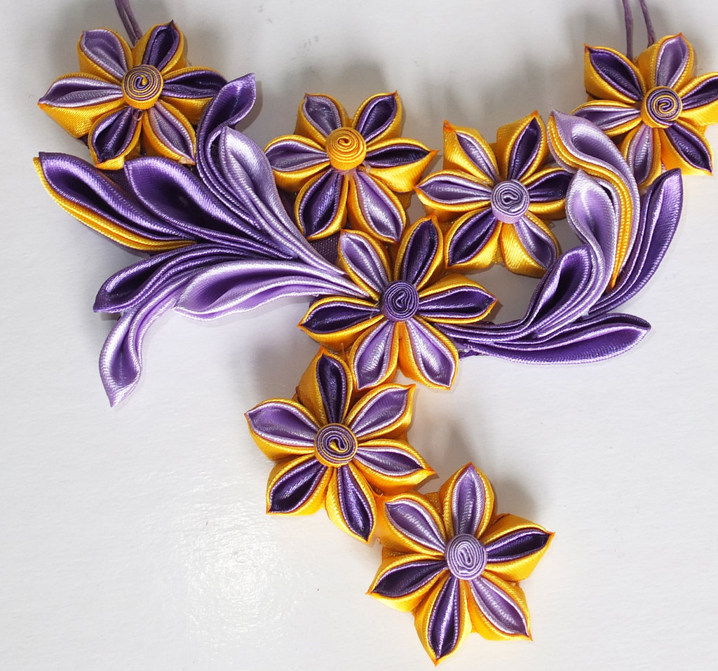 Collana kanzashi fatta a mano con fiori gialli e lilla