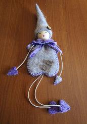 Folletto in panno lana viola e grigio con letterina in legno