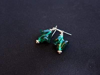 Orecchini con pendente in vetro verde smeraldo