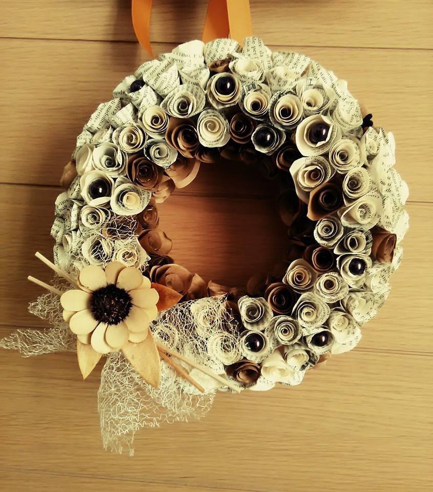 Fuori porta decorato con rose di carta