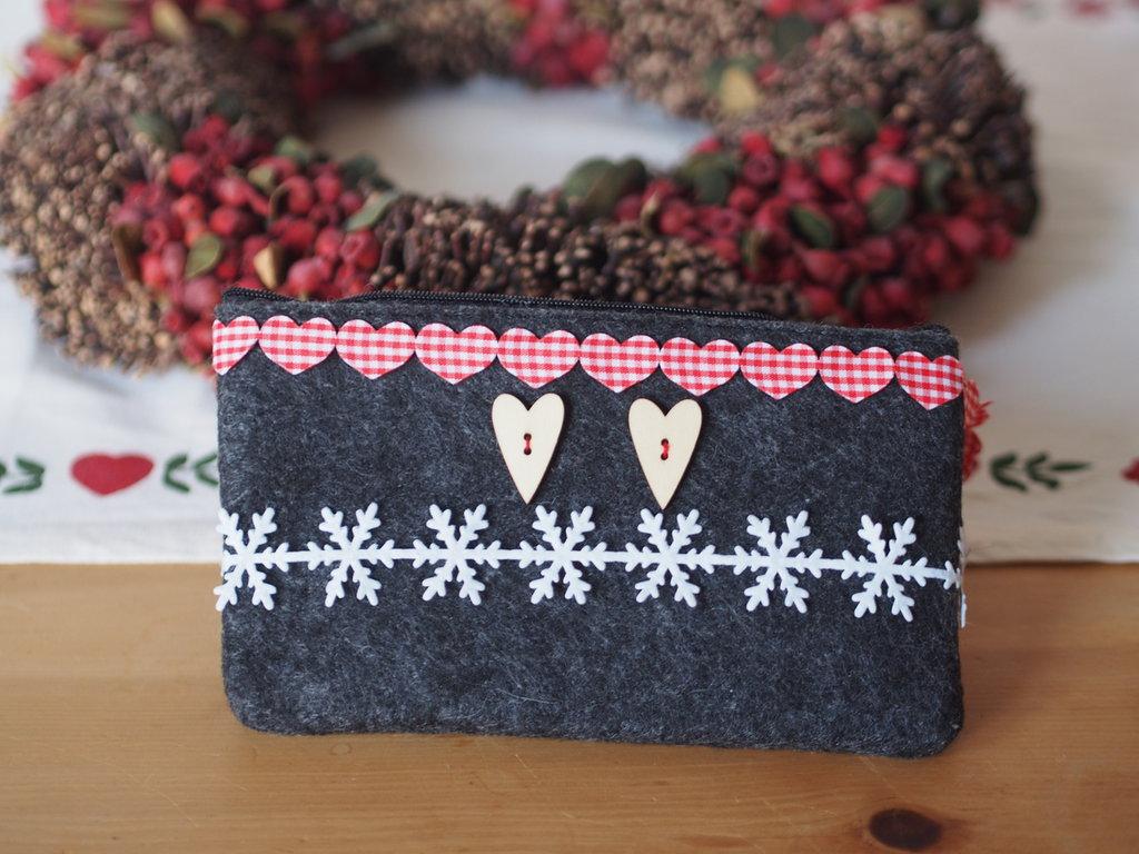 Bustina invernale.Regalo di NATALE.Feltro grigio ,nastri(cuori,fiocco neve)e bottoni a cuore in legno.Porta trucco,gioielli,piccoli oggetti