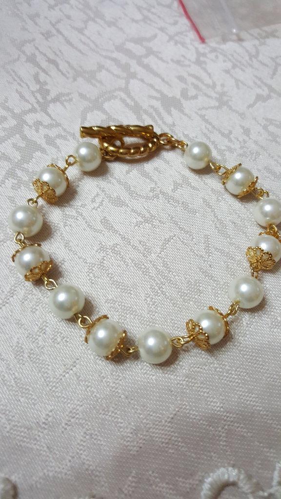 bracciale con perle bianche in vetro, coppette in filigrana e chiusura a barra