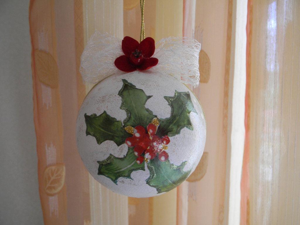 Palla natalizia con agrifoglio decorata a decoupage