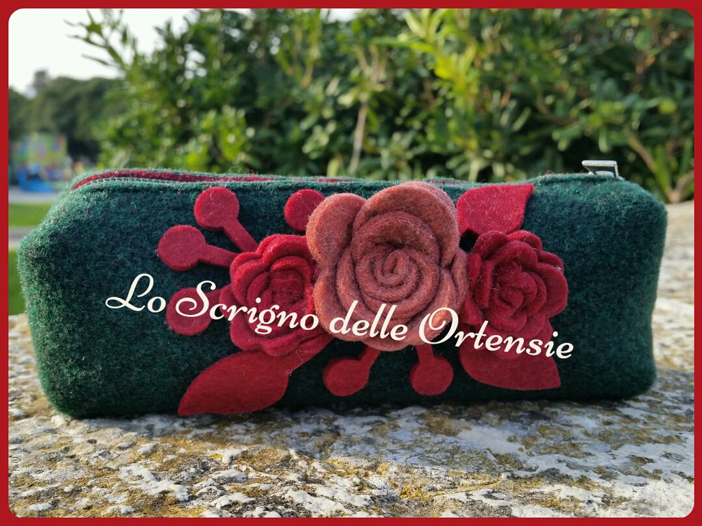 ELEGANTE BORSELLO IN FELTRO CON ROSE