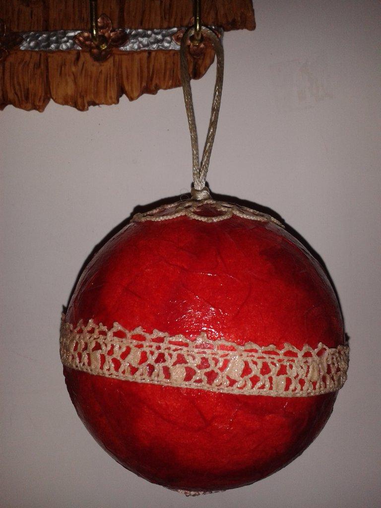 Pallina di Natale rossa con merletto