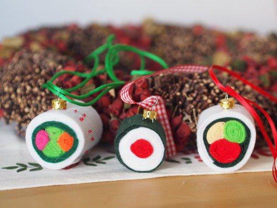 DECORAZIONI NATALIZIE.3 pezzi di SUSHI per l'albero!Feltro,perline,ganci da appendere e nastri.Segnaposto,regalo per ospiti.Gioco per bimbi.
