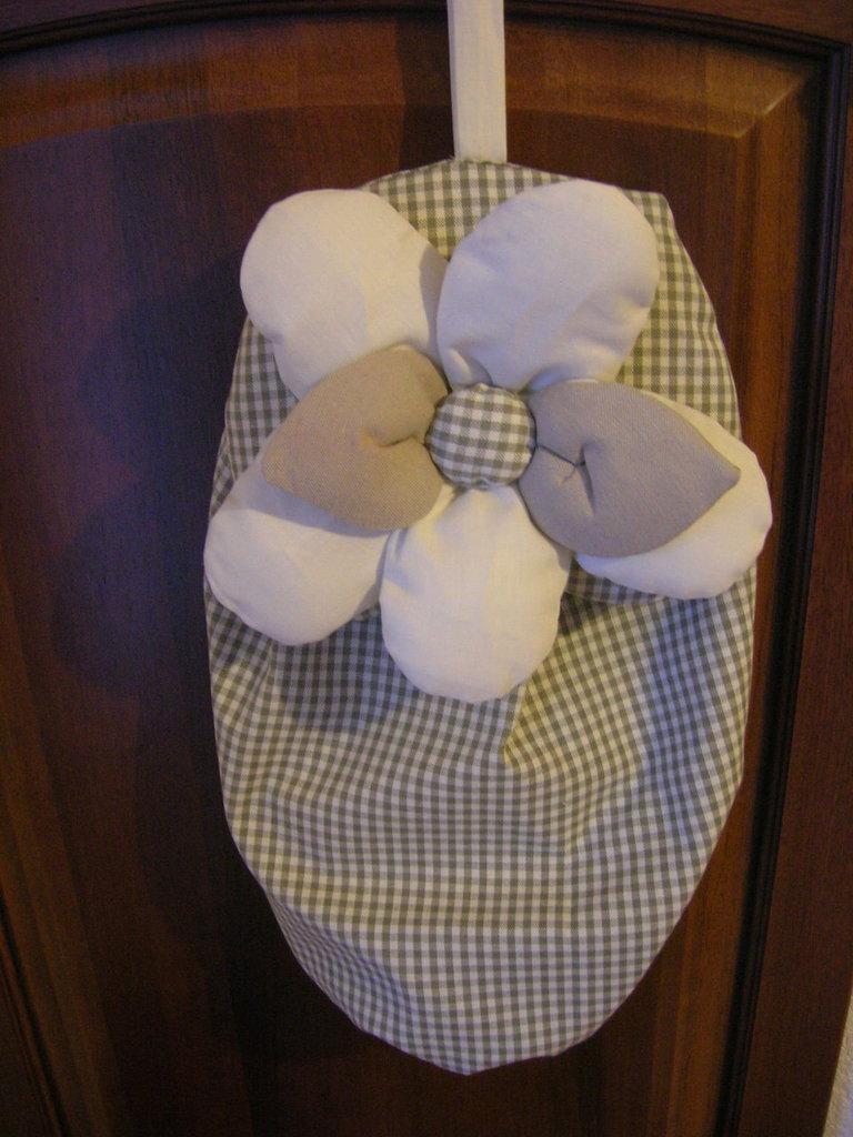 Sacchetto porta buste realizzato con stoffa a quadretti beige e tortora con fiore imbottitto