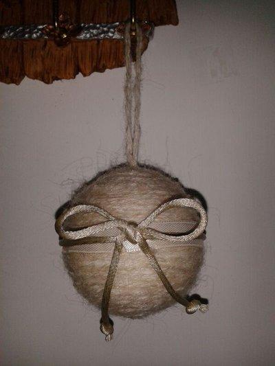 Pallina di Natale di lana beige