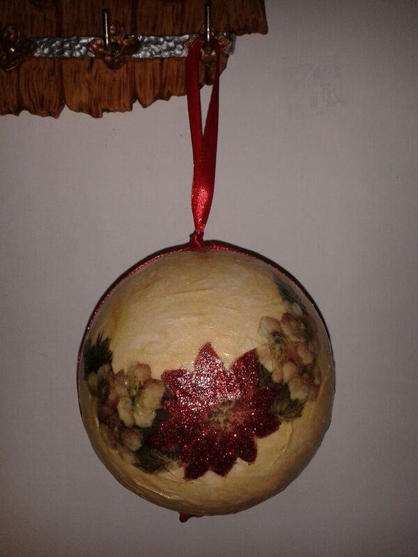 Pallina di Natale dorata con stella di Natale