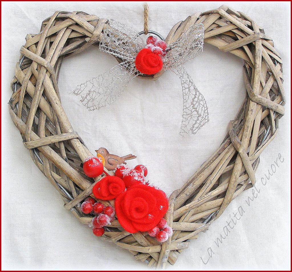 ghirlanda cuore di rattan con pettirosso dipinto a mano rose rosse e bacche