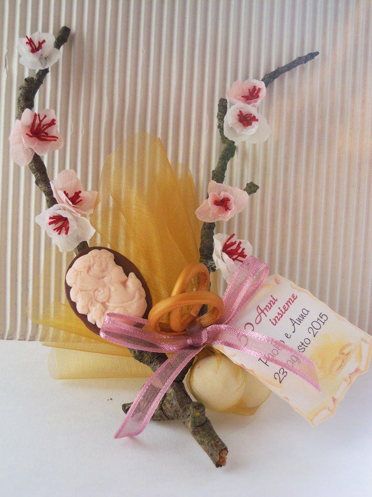 bomboniera con ramo di mandorlo trattato fiori fatti a mano e particolari in fimo
