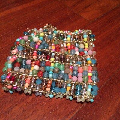 Braccialetto di perline multicolore e di varia forma