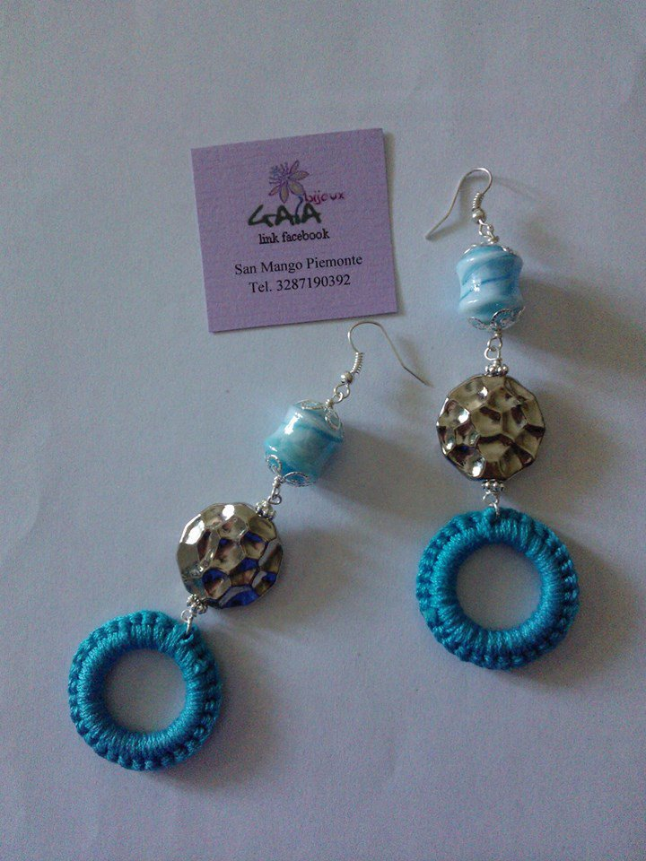 Orecchini azzurri con cilindro in vetro di Murano, argentone e cerchio ad uncinetto