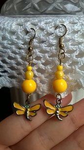 Orecchini con perline gialle e ciondolo