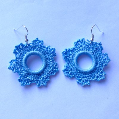 Orecchini pendenti invernali con fiocchi di neve azzurri fatti a mano all'uncinetto