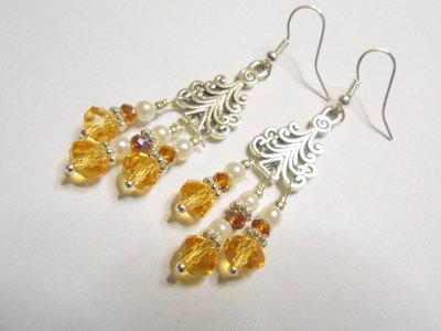 Orecchini pendenti chandelier con perle e cristalli gialli, idea regalo.