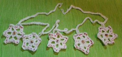 Ghirlanda decorativa con fiocchi di neve, di lana bianca e bottoni