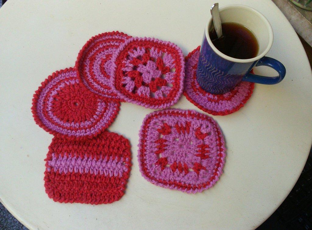 Sottobicchieri di lana rosa e rossa, diversissimi