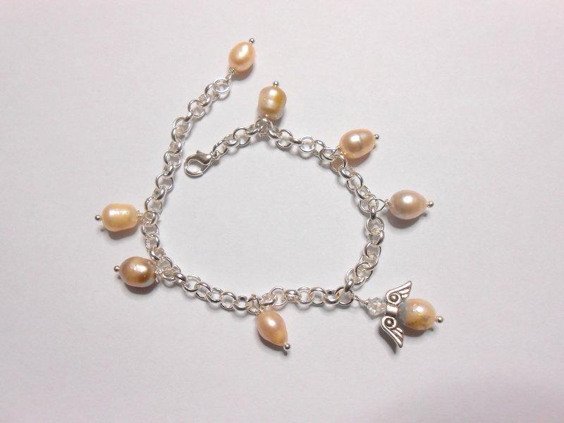 Bracciale con perle  di fiume e charms angioletto, idea regalo.