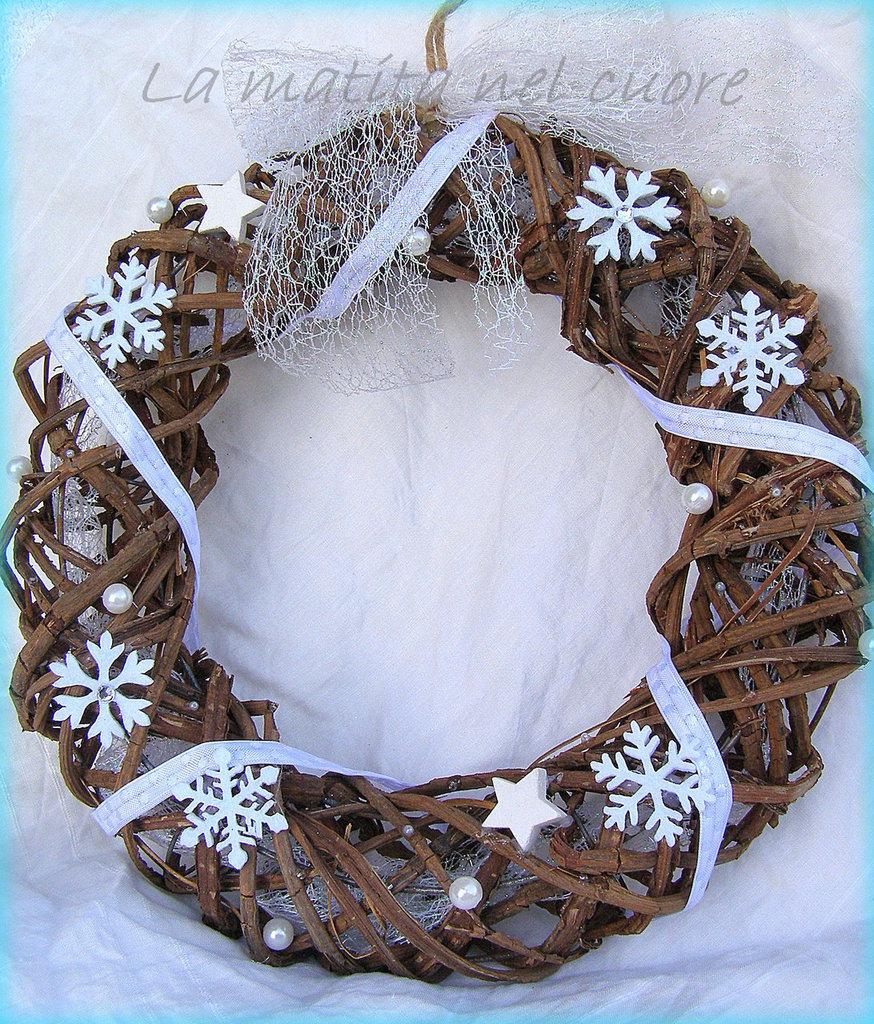 Ghirlanda di Natale shabby in viticcio con fiocchi di neve stelle perle e nastro scintillante