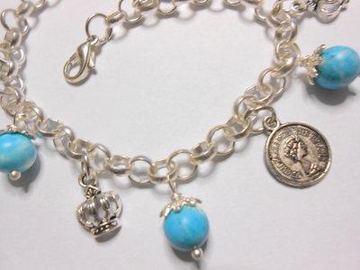 Bracciale con sfere di aulite turchese e  charms moneta e e corona, idea regalo.
