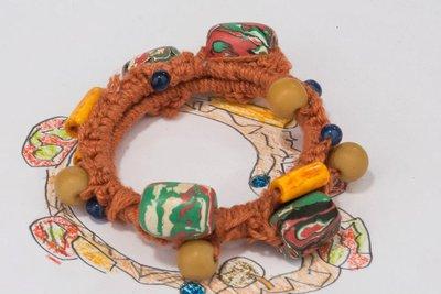 Bracciale di lana arancione   con pietre balinesi lavorato a mano con il crochet.