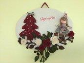 Dietro porta ghirlanda-benvenuto con albero , bambolina e fiori