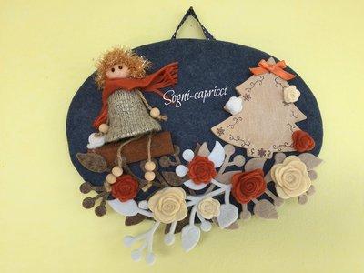 Dietro porta ghirlanda idea regalo con albero in legno e bambolina.