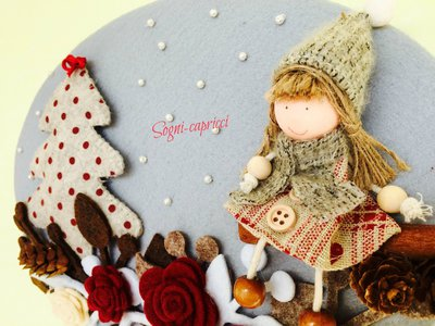 Dietro porta ghirlanda idea regalo con albero  e bambolina.