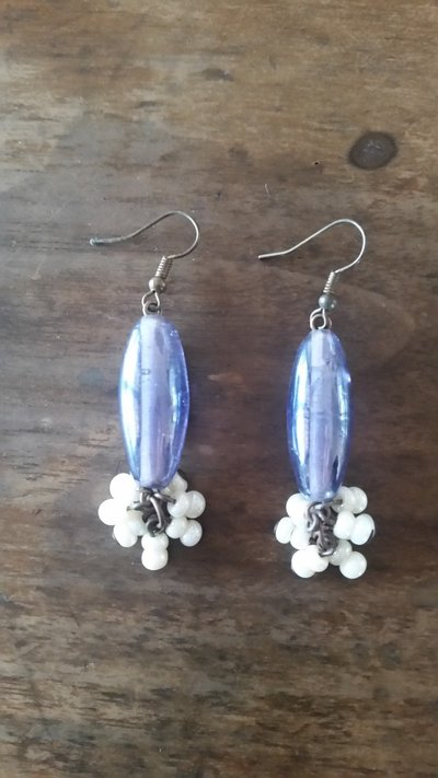 orecchini pietra ovale viola e pendenti bianchi
