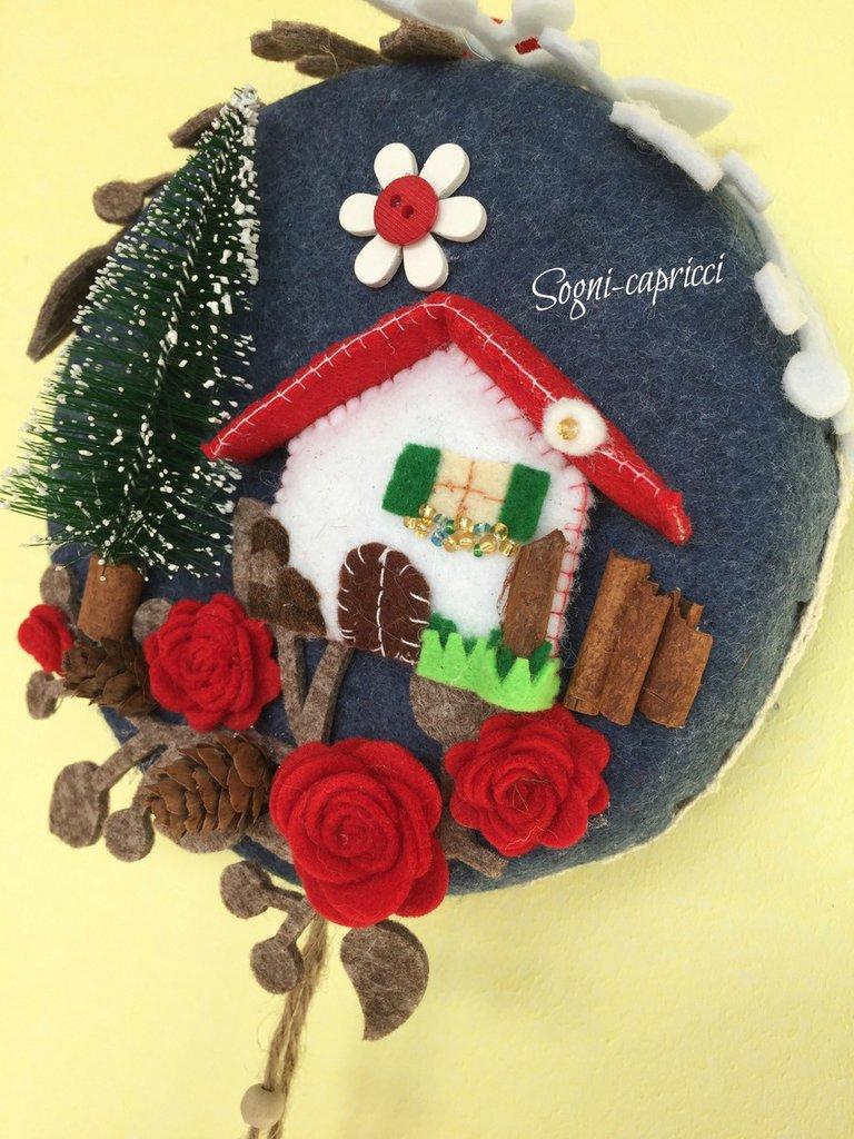 Dietroporta  - ghirlanda -  idea regalo con albero, casetta , merletto.  pigne e roselline