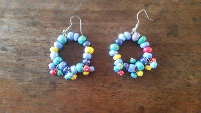 orecchini a cerchio con pietre colorate