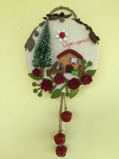 Dietro porta - ghirlanda - idea regalo con abete, chalet, roselline e pendoli con auguranti campane.