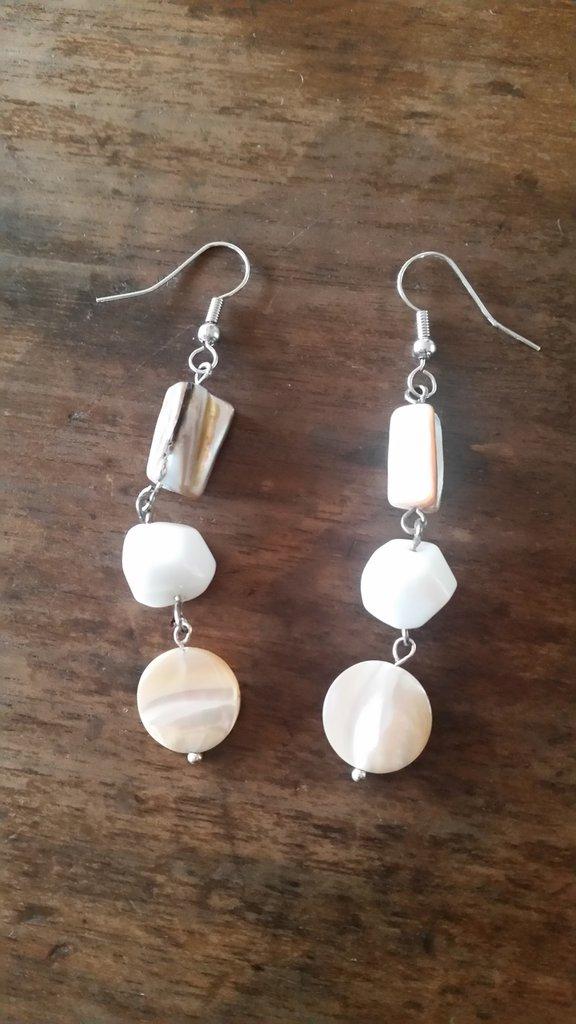 orecchini pendenti con pietre madreperla bianca e beige