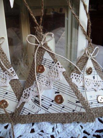 Alberelli di Juta e carta misica decorati con merletti e bottoni per albero di natale