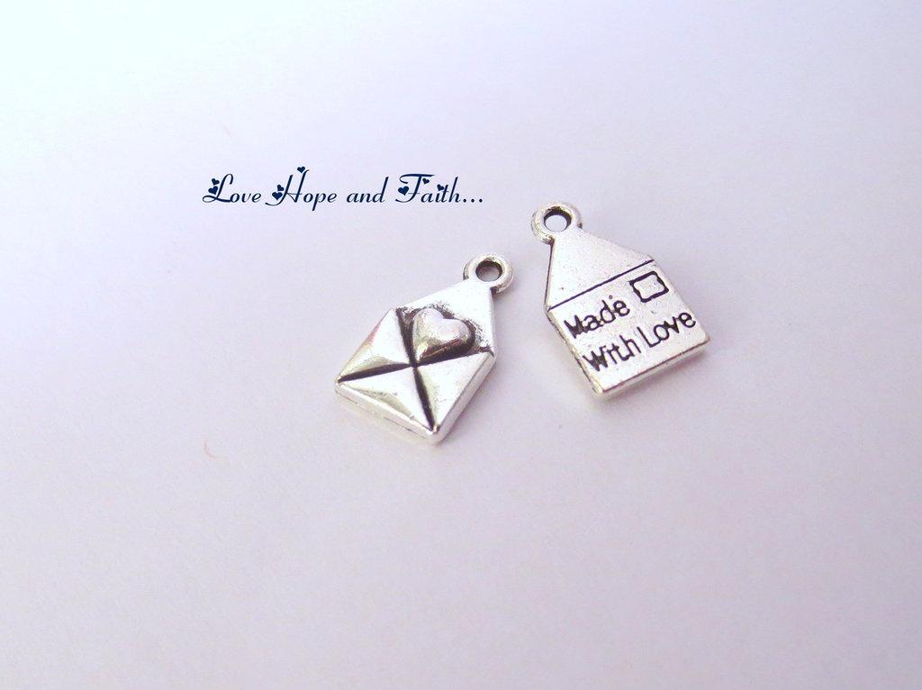 "OFFERTA! Charm ciondolo lettera ""MADE WITH LOVE"" color argento (13x7mm) (cod. 45339)"
