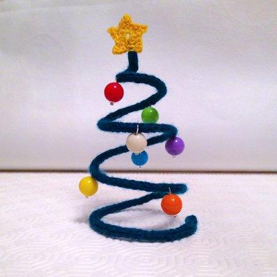 Alberello di Natale a spirale, con tubolare verde in tricotin, stella all'uncinetto e perline colorate, fatto a mano