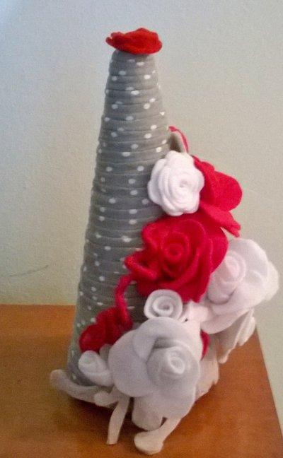 Albero di natale da appoggio con rami fioriti e delicate rose